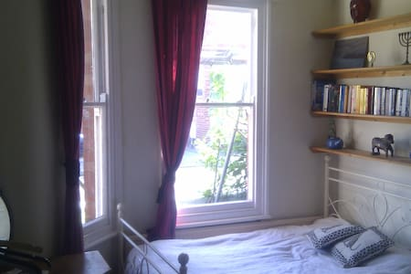 Lovely large room in York - York - Hus