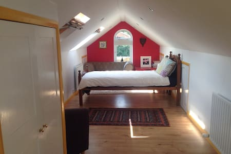 Cosy but spacious loft room - Casa
