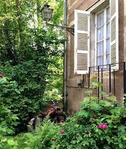 Chambre indépendante avec jardins - Autun - House