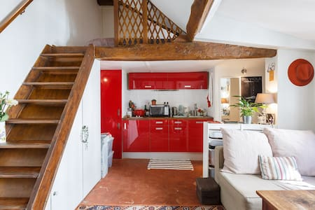 Ideally located between Saint Paul, Place des Vosges and the Saint Louis island, quiet and charming studio is the ideal starting point for walks in the historic yet vibrant and trendy Marais!