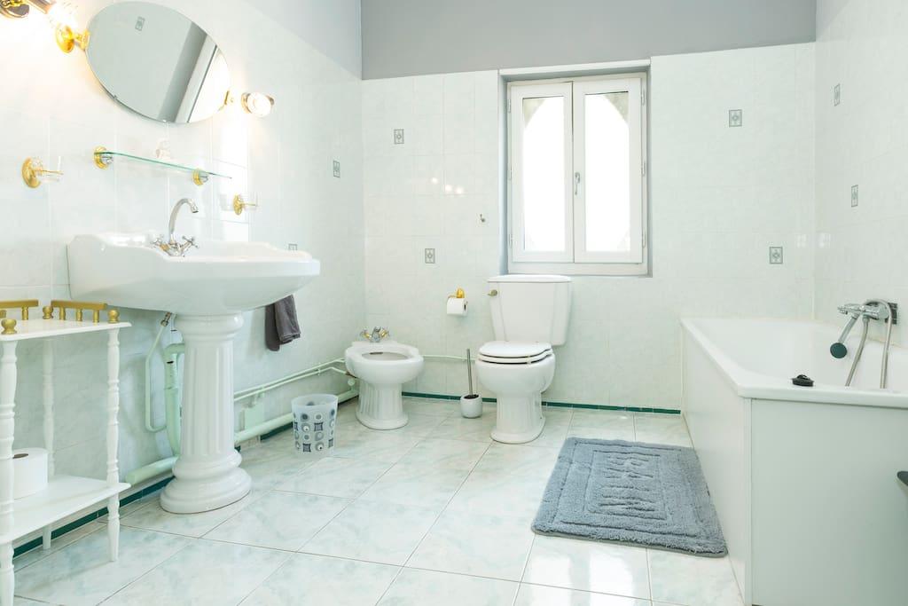 """salle de bain de la chambre Zéphir dans la """"tour"""""""