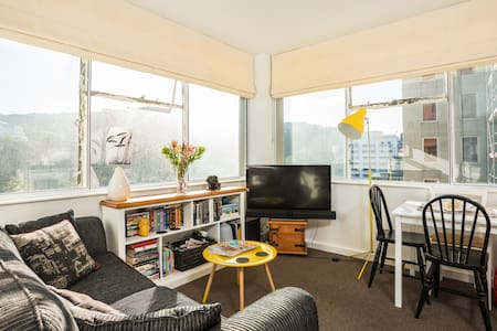 Modern, cozy apartment available in the heart of Wellington CBD. 2 bdrms with open plan living area. All amenities in city on your doorstep with easy access to public transportation and nightlife.