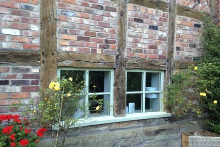 Double bedroom in Barn conversion - Warrington - House