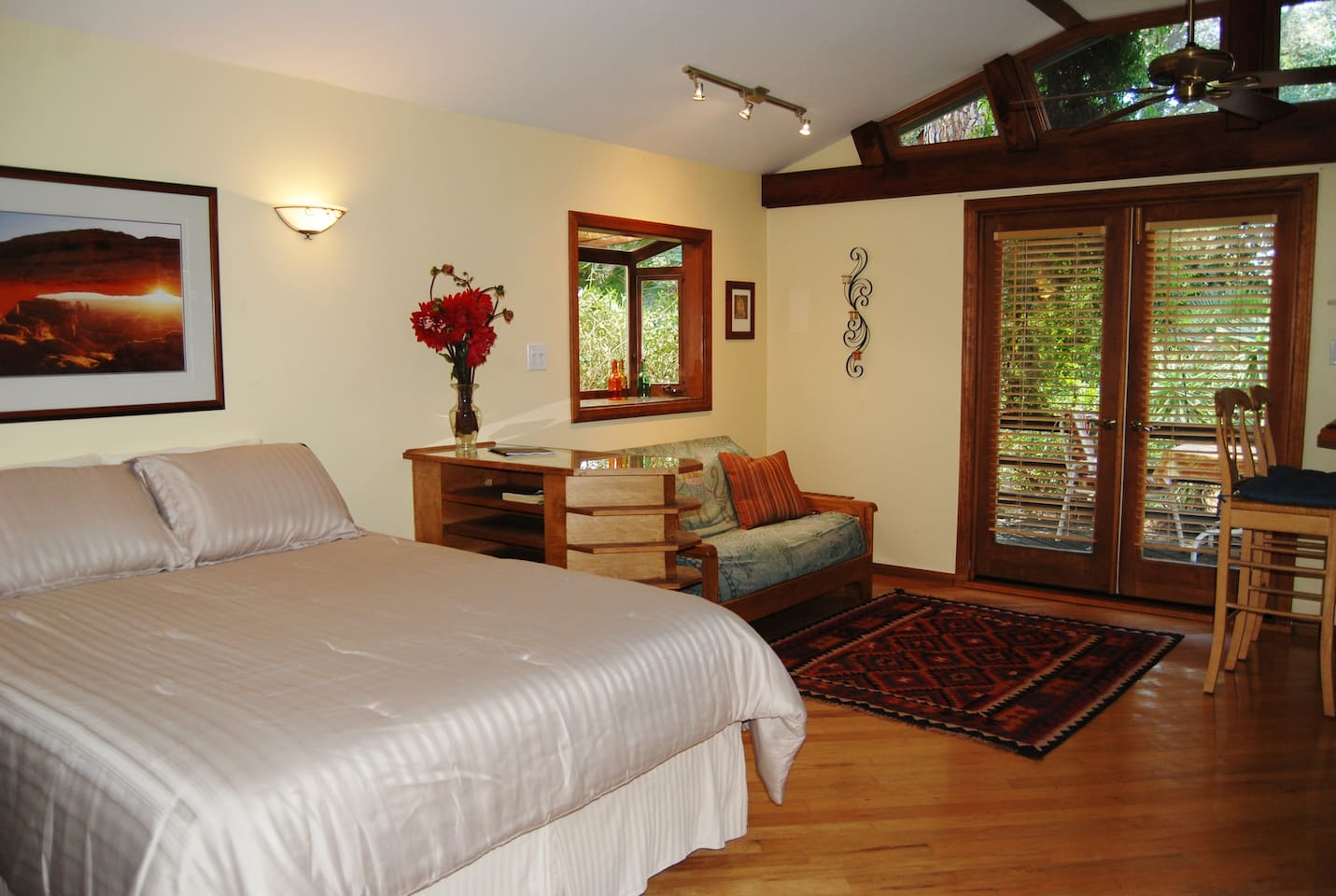 The guest cottage features a comfy queen size bed and a futon couch. Hardwood floors with local artisan tile accents.