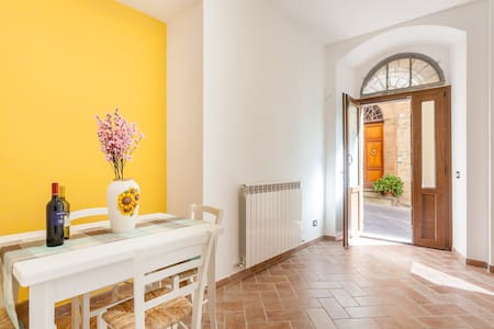 In the hearth of the historical center of the etruscan town of Bettona, two independent apartments on the ground floor, completely renovated, well furbished. It is the ideal accomodation to visit Assisi, Perugia and all the best places in Umbria.