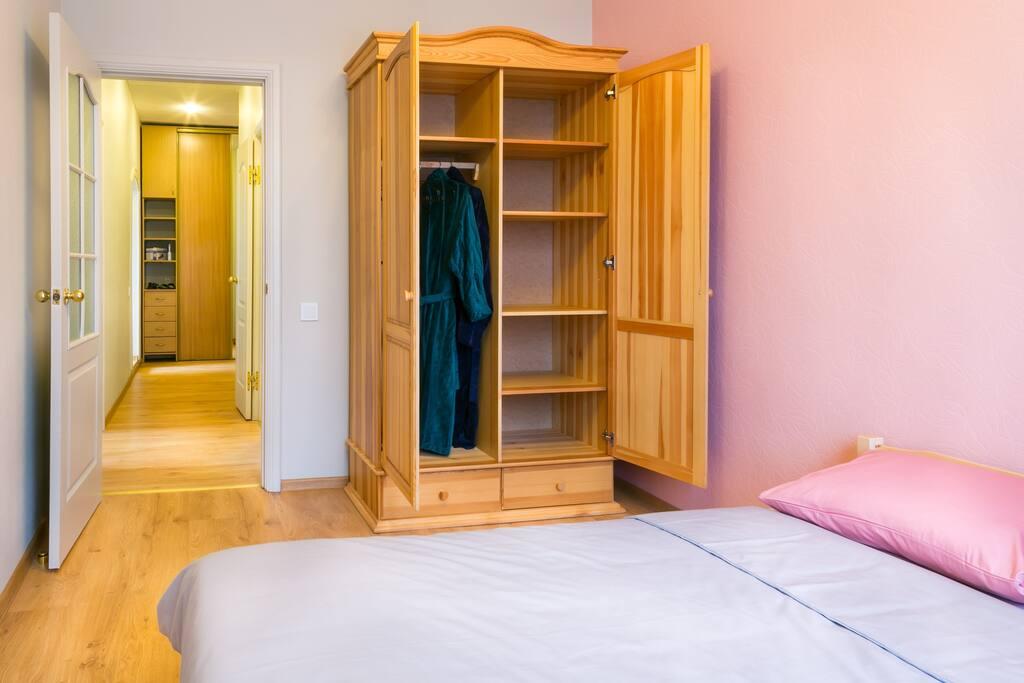 В спальне много места и есть удобный шкаф для хранения вещей./ A lot of space in bedroom and you wil find convenient wardrobe for stocking your clothing.
