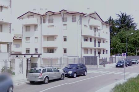 Appartamento bilocale solo a donne - Cerro Maggiore - Lejlighed