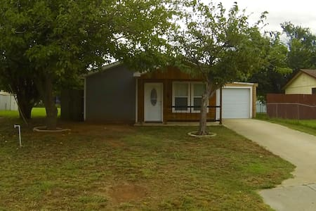 Comfy Cozy Home with private Backyard - Burkburnett