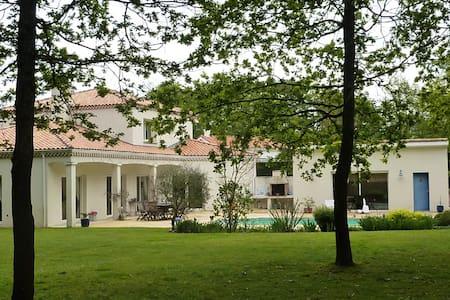 Maison méditerranéenne à 15 mn du centrede Nantes - House