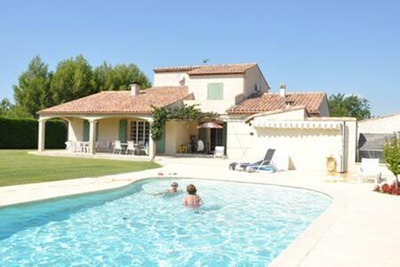 Locations de vacances saint cannat airbnb for Astral piscine st cannat