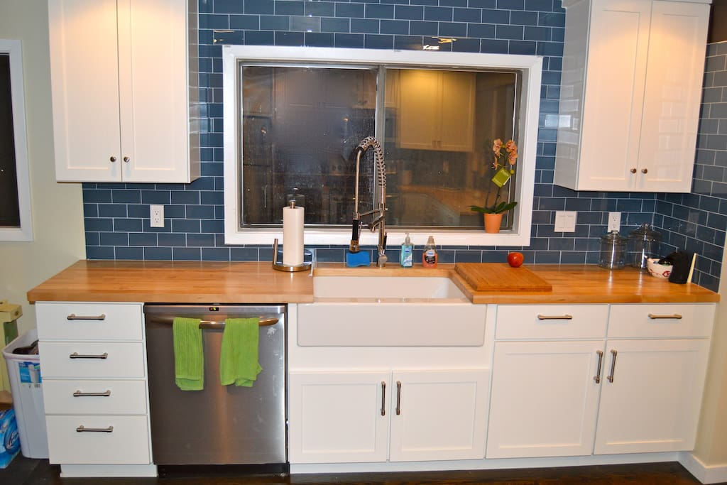 -Country sink -Stainless steel appliances