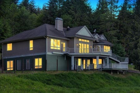 Magnificent Estate -sleeps up to 20 - Monroe
