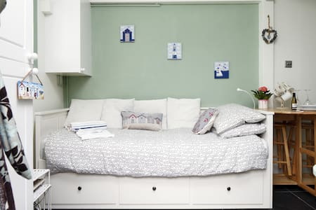 Room type: Entire home/apt Bed type: Pull-out Sofa Property type: House Accommodates: 2 Bedrooms: 1 Bathrooms: 1