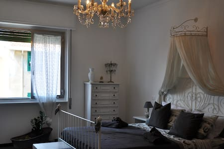 Camera doppia nel cuore di Savona, Grey Room - Lejlighed