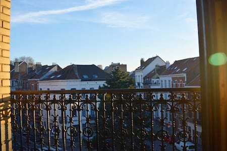 Spacious, sunny room in trendy area - quiet street - Elsene - Appartement