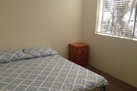 Newly renovated room in a great and handy location - Indooroopilly - Lejlighed