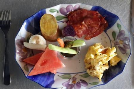 溫馨乾淨的四人套房,含豐盛的早午餐 - Bed & Breakfast