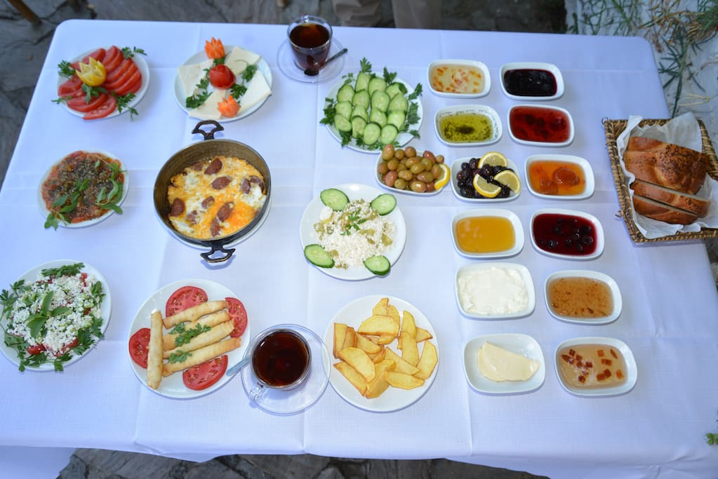 güne   nefis  köy  kahvaltısı  ile  başlayabilirsiniz
