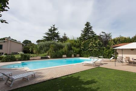 Mansarda in villa con piscina - Roma - Villa