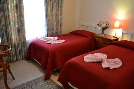 Palms BB (3* en-suite twin room) - Bed & Breakfast