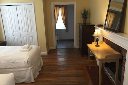 Room in Guest House, 2 Twin Beds - Newton - House