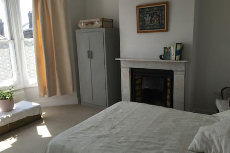 Double room in Ryde with en suite shower room - Bed & Breakfast