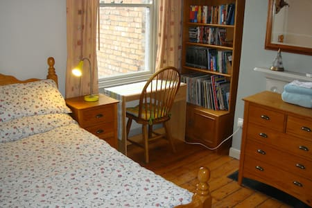 Comfortable Edwardian room for 2.