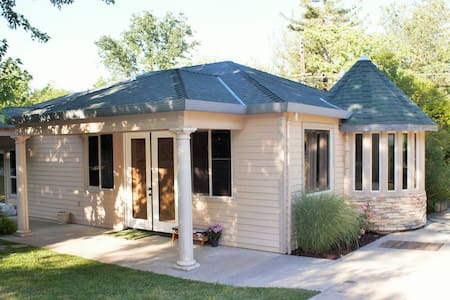 Spacious Guesthouse by the River - Fair Oaks - Guesthouse