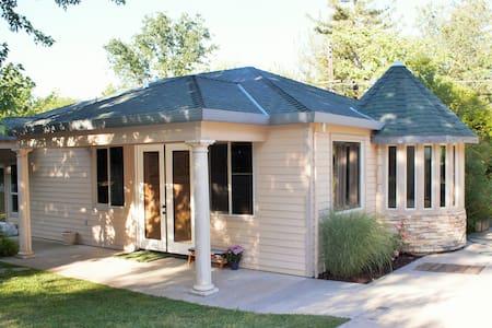 Spacious Guesthouse by the River - Fair Oaks - Chambres d'hôtes