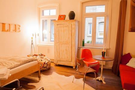 Zimmer in Künstlerwohnung - Stuttgart