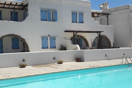 Cozy flat 100m from the beach, pool use, Tinos! - Wohnung