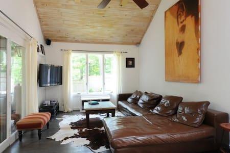 Beautiful Woodstock Family Retreat - House