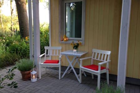 Kleine Wohnung im Grünen mit Seezugang und nur 35 Minuten vom Kurfürstendamm entfernt. Ideal zum entspannen!