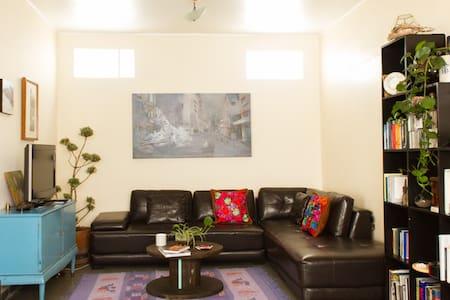 Great room, beautiful home, fanstastic location - Hus