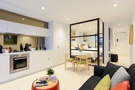 *1-BR Brand New Art-Inspired CBD Apartment - Wohnung