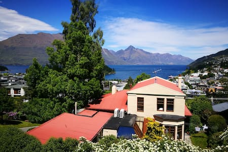 Cosy room in cottage house - great views - Queenstown