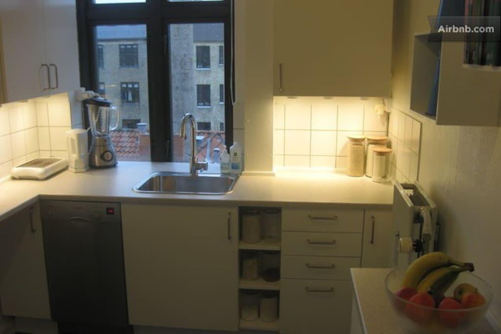 Funktionelt køkken med opvaskemaskine, køl/frys, mikroovn, komfur/ovn, kaffemaskine, brødrister, elkoger og blender. Hertil alt hvad der behøves til madlavning.
