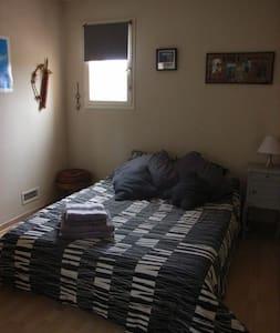 Belle chambre ensoleillée au calme - Huis
