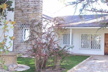 Bonita casa con piscina y jardin - Colmenar Viejo - Villa