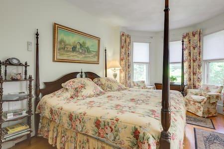 Honeymoon Suite w/2 Person Jacuzzi! - House