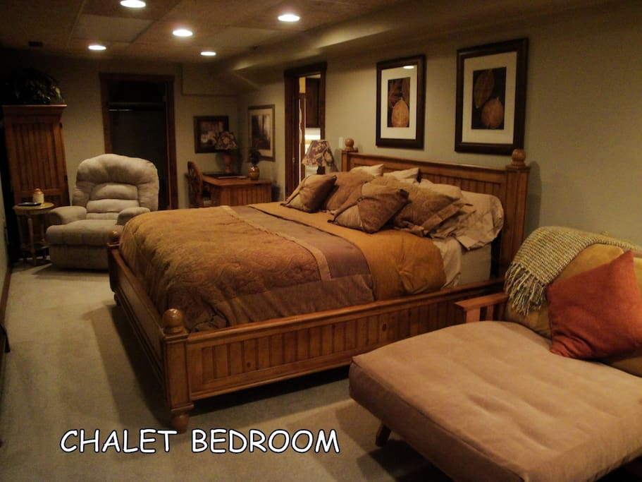 MASTER BEDROOM/KING BED AND SINGLE FUTON BED/CABLE TV/Lounge chair and desk and chair