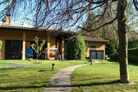 Stanza in ampia villa con giardino  - Albizzate - Villa
