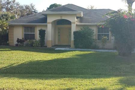 Nicely Furnished Home with a Great Pool Area - Lehigh Acres - Maison