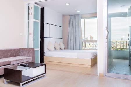 Brand new one bedroom, cozy, comfortable. Daily cleaning services, endless street food and restaurants. Something not to be missed. malls and public transport are 5 minute walk away, great choice for accommodation. Experience Bangkok the real way!!