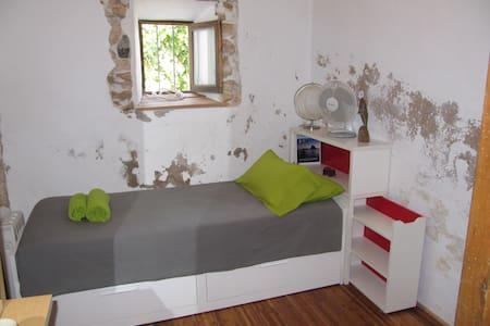 SMALL BEDROOM IN COTTAGE IN IBIZA - Santa Eulària des Riu - Bed & Breakfast