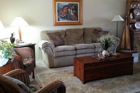 Ideal for Bethel conferences, rest, study and prayer. Peaceful, quiet, comfortable, convenient, affordable; near walking trails leading to Sacramento River & spectacular mtn views; shops, restaurants etc. Private bdrm, w/ shared bath. Female only.