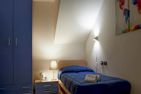 Nice BluRoom, Easy Park, WiFi, Next to Verona Fair - Verona - Bed & Breakfast