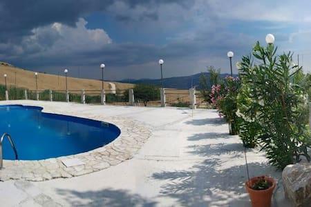 Villa con piscina immersa nel verde - Bivona