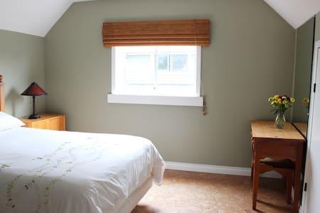Beautiful Room, 2 Blocks to Beach! - Victoria - House