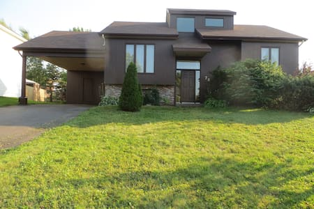 Raised ranch bungalow with large screened porch - Moncton - House